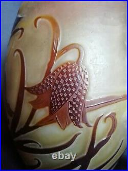 Gallé Vase ovoide en verre multicouche sombre dégagé à l'acide Art Nouveau
