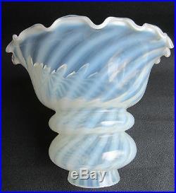 SUPERBE tulipe de lampe à pétrole ou applique, verre opalescent à rayures torses
